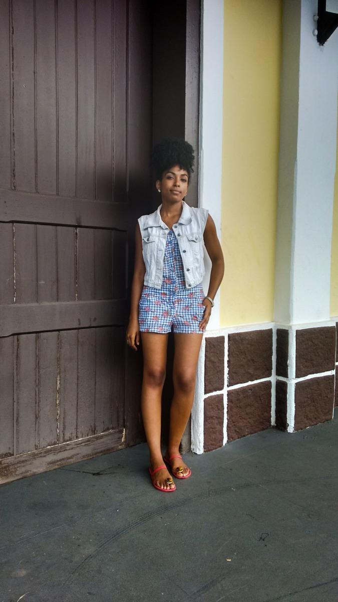 Meu Look.Colete Jeans e Macacão Floral