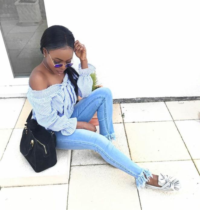 calça jeans com barra de franja