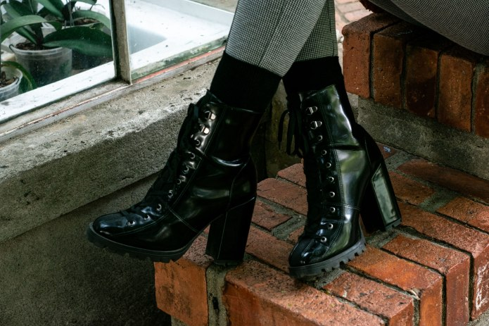 janaferreira-casaco-pelucia-calça-xadrez-bota-tratorada-11